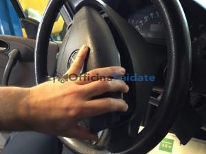 come sostituire il sensore angolo sterzo e rimuovere l'airbag su